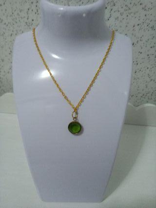 Gargantilla con colgante de piedra natural verde