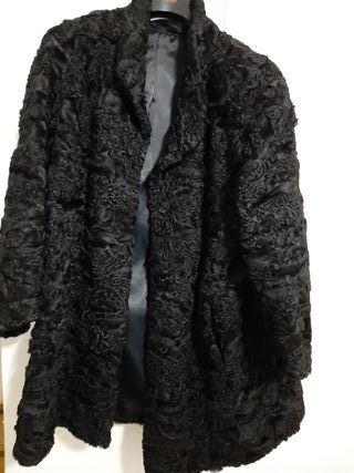 Abrigo negro de piel de garras de astracán