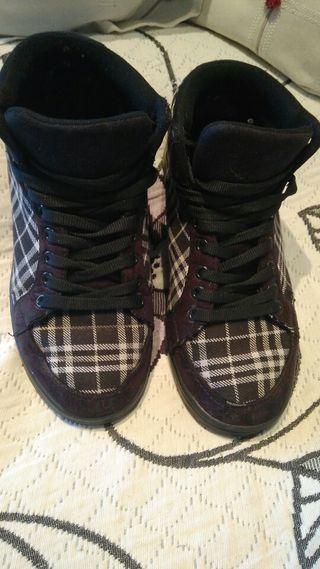 Zapatillas tipo botín negras con rayas blancas