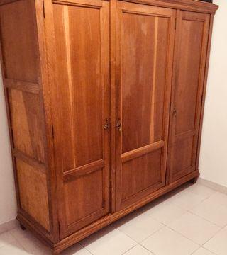 Armario de madera natural .