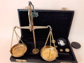 antigua báscula en estuche de relojero o joyero
