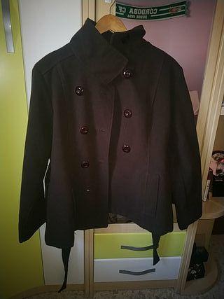 abrigo marrón de botones