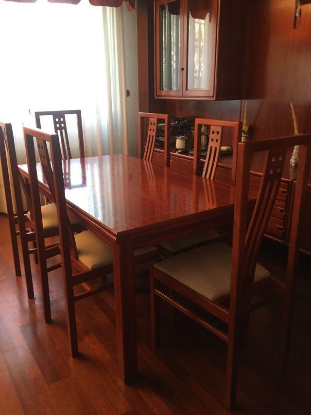 Mesa, sillas y mural