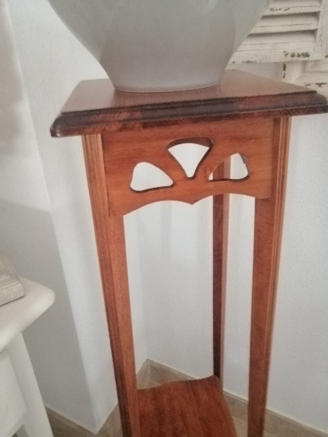 Pie de maceta o jarrón de madera.