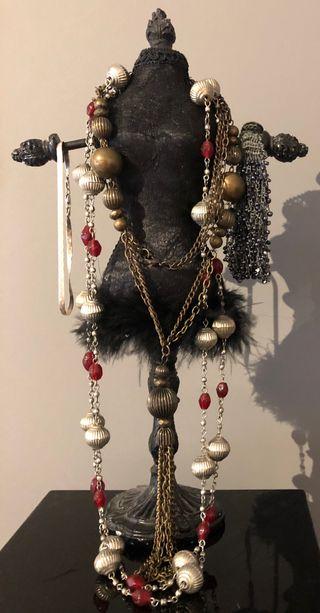 Maniquí porta joyas. Madera, tela y plumas. Negro
