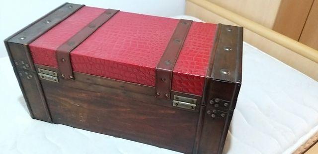 Baúl antiguo de madera.