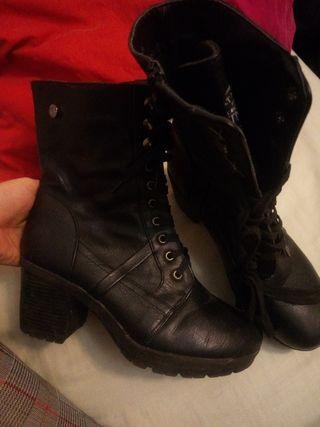 Botas militares de tacon.