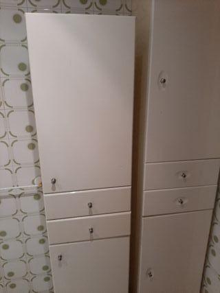 son dos armarios estrechos baño