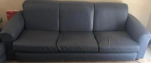 Sofa de piel con sillones incluidos.
