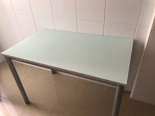 Mesa cocina -regalo dos sillas