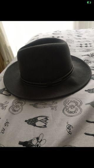 Sombrero gris ala recta