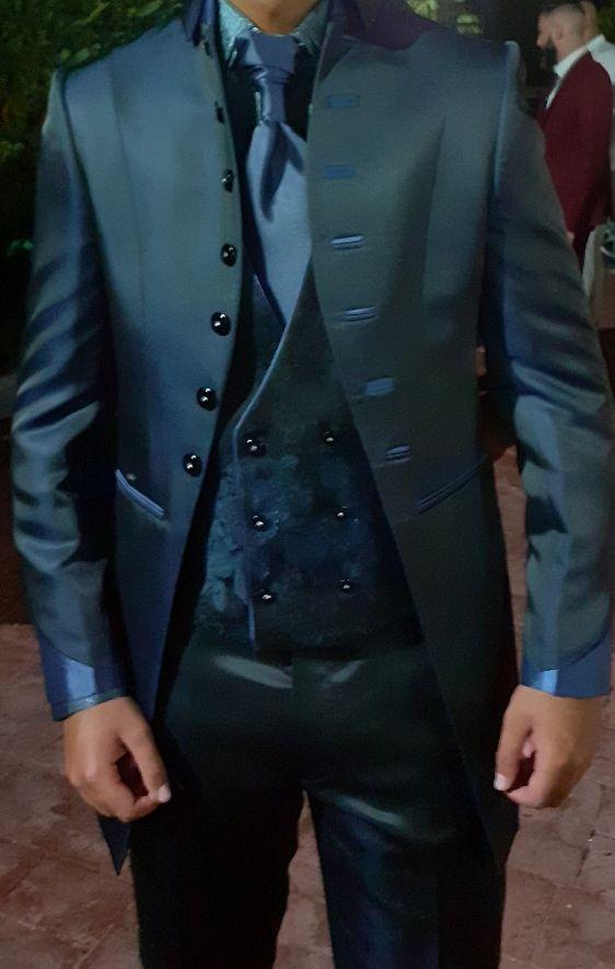 traje de novio azul noche
