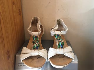 Sandalias blancas con pedreria