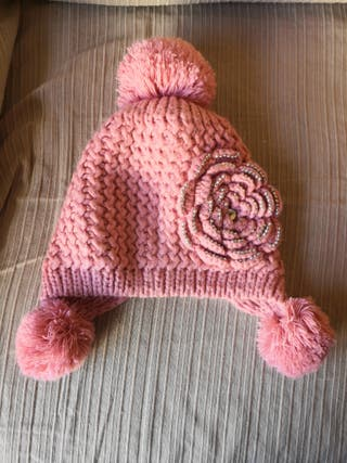 Gorro de lana rosa con pompones