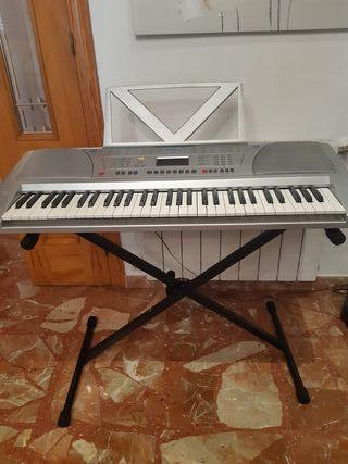 Piano electrico con soporte