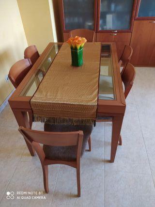 Mesa con sillas de comedor