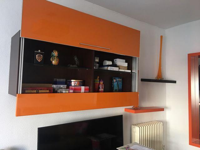 Mueble de salón de color naranja . Moderno.