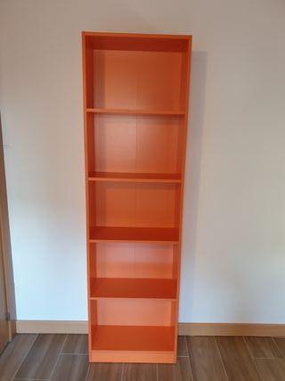 Estanteria naranja para habitación juvenil