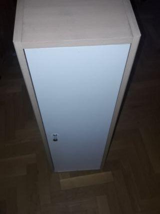 Pequeño armario de pared