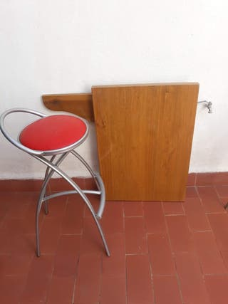 1 mesa de madera y 3 taburetes