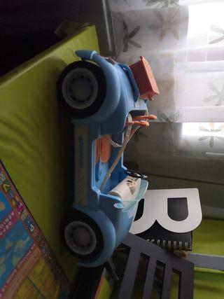 coche y muñeca de juguete