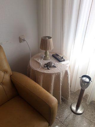 mesa camilla pequeña con faldas y lámpara