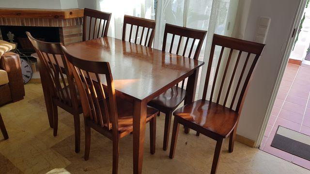 Conjunto de mesa y 8 sillas en madera.