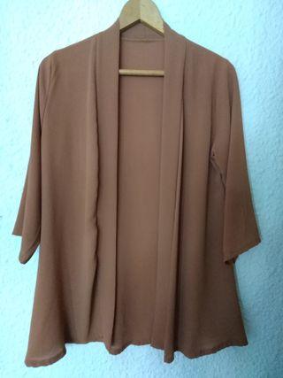 Kimono fino de color marrón y de manga tres cuarto