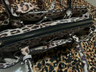 Bolso Guess de leopardo con billetero a juego