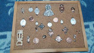 cuadro con distintas monedas antiguas y medallas
