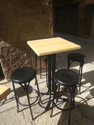 7 taburetes y 2 mesas altas