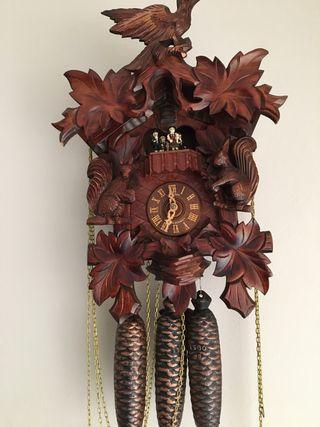 Reloj de pared de madera y bronce