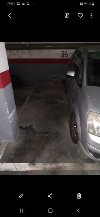 Parking para moto, plaza de parking para moto y coche. solo se alquila el espacio para la moto. puerta automática. contactar por WhatsApp. Puerta automática calle mare de deu de Montserrat, 58