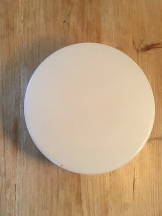 Plafón redondo de plástico blanco de gran tamaño.