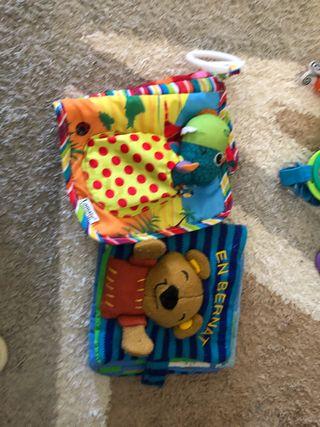 Dos libros de tela para bebés Lamaze y bernat