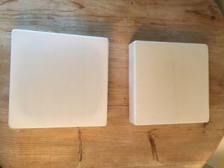 2 plafones de gran tamanyo color blanco.