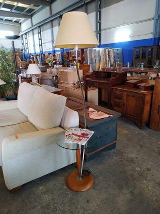 Mesa auxiliar con lámpara - Side table with lamp