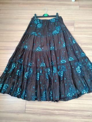 Falda marrón y camisa sin mangas azul turquesa