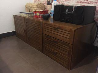 Mueble TV madera, con cajones y puertas.