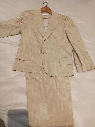 Traje de pantalón y chaqueta de mujer