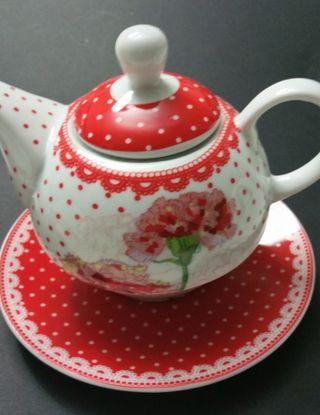 Tetera con taza y plato.
