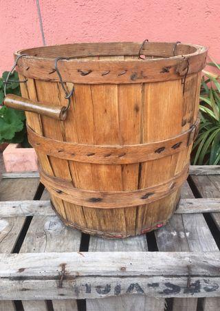 Antiguo cesto de madera con asas