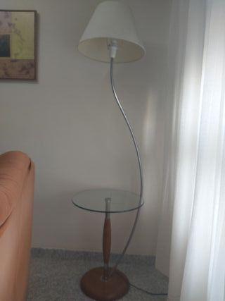 mesa auxiliar con lámpara