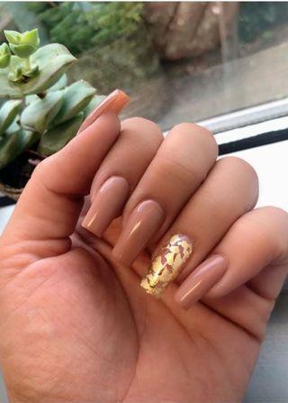 uñas de polygel con diseño papel de oro