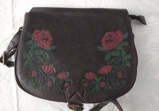 Bolso bandolera decorado con flores