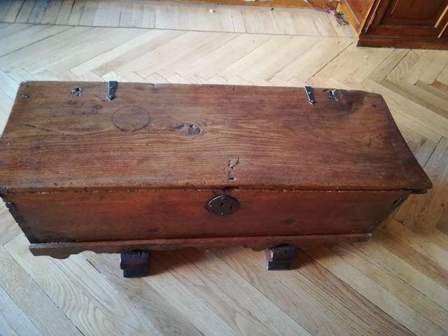 Baúl muy antiguo de madera