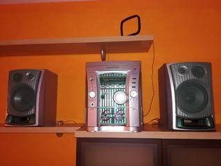 Minicadena con reproductor CDs y cassette.