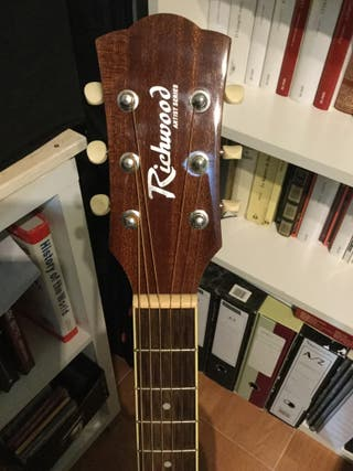 Guitarra electroacústica con funda acolchada