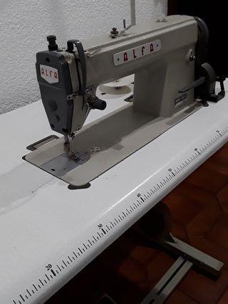 Máquina de coser de segunda mano por 350 € en Valencia en