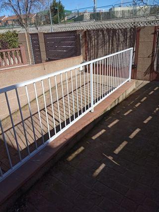 valla de hierro blanco